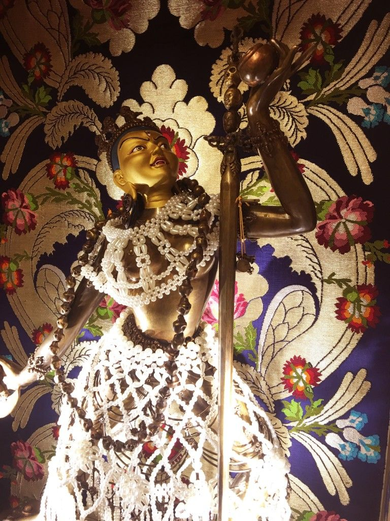 Rinpoche always encourages people to make offerings onto the Buddhas to generate merits to support our spiritual practice. If you wish to make offerings of gold onto this Vajra Yogini statue, please click on the image above.